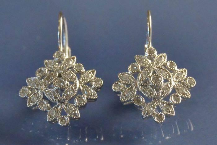 Boucles d'oreilles fleurs en or et diamants