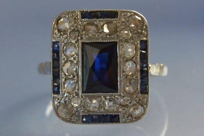 Bague Art déco or blanc saphirs et diamants