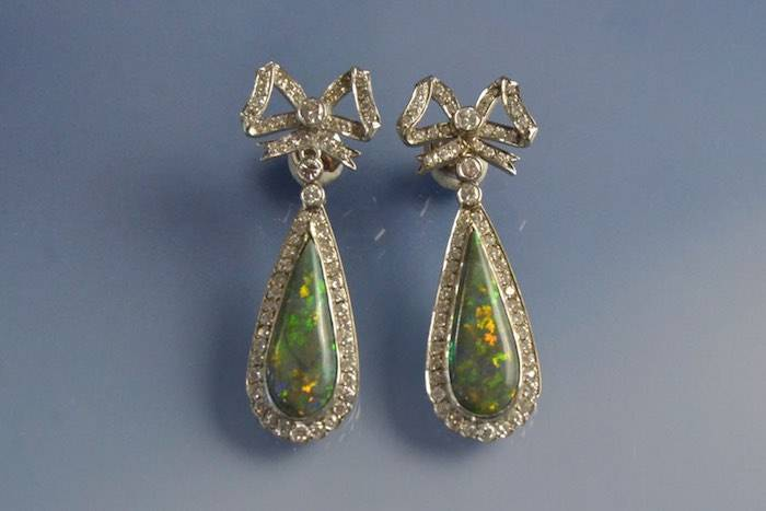Boucles d'oreilles anciennes opale et diamants