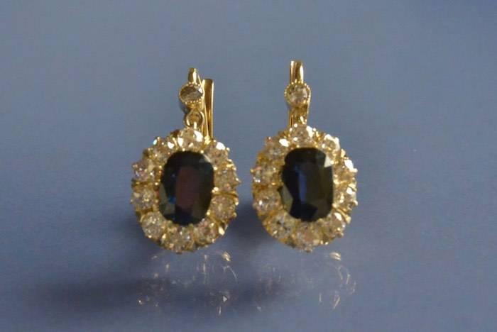Boucles d'oreilles dormeuses en or serties de saphirs et diamants