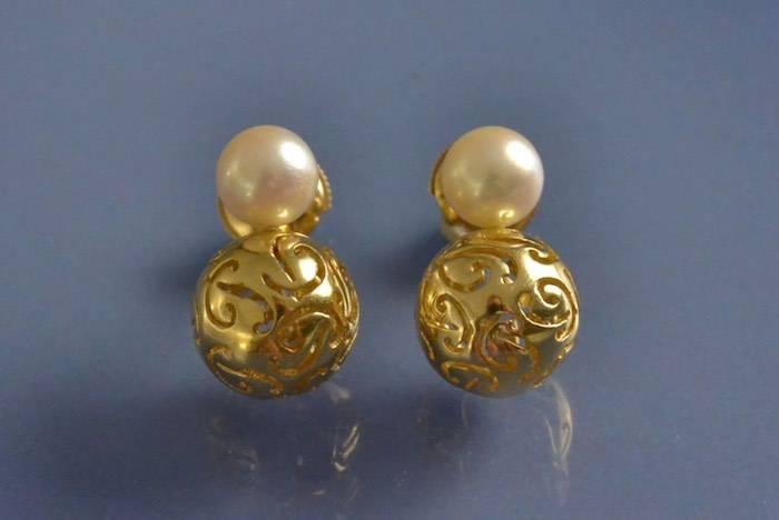 Boucles d'oreilles perles signées Poiray