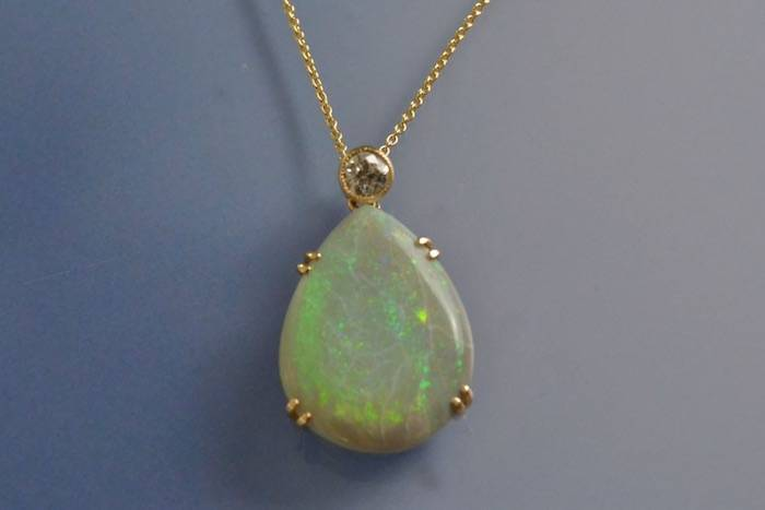 Pendentif or jaune opale et diamant