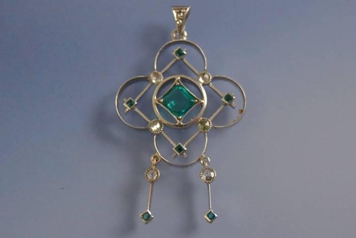 Pendentif art nouveau émeraudes et diamants