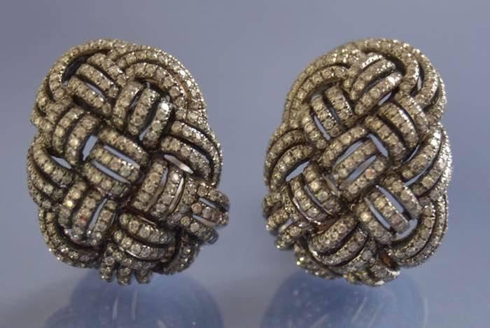 Boucles d'oreilles motifs tressés ornés de diamants