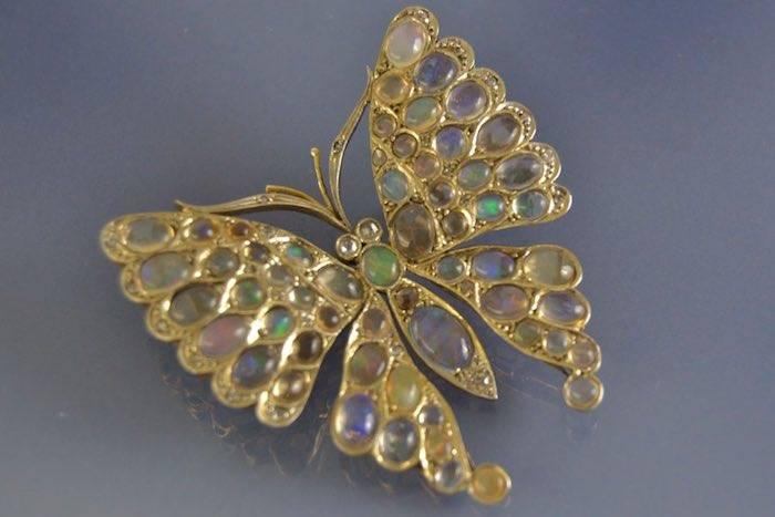 Broche ancienne figurant un papillon opale et diamants