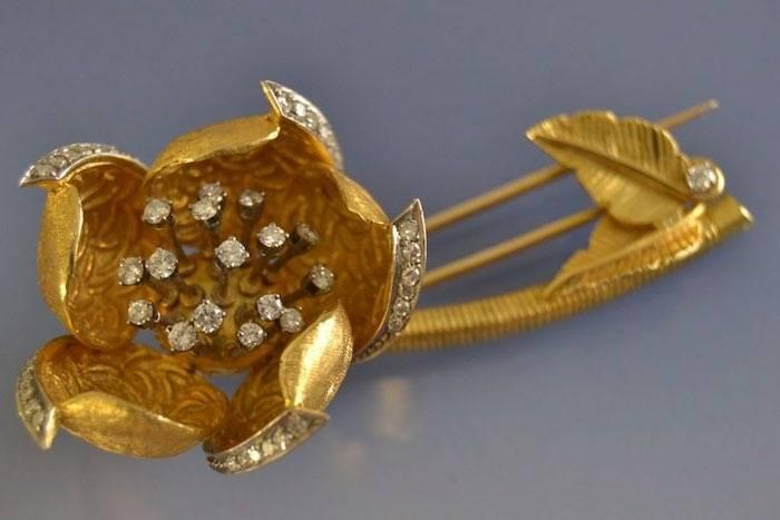 Broche ancienne figurant une rose avec diamants