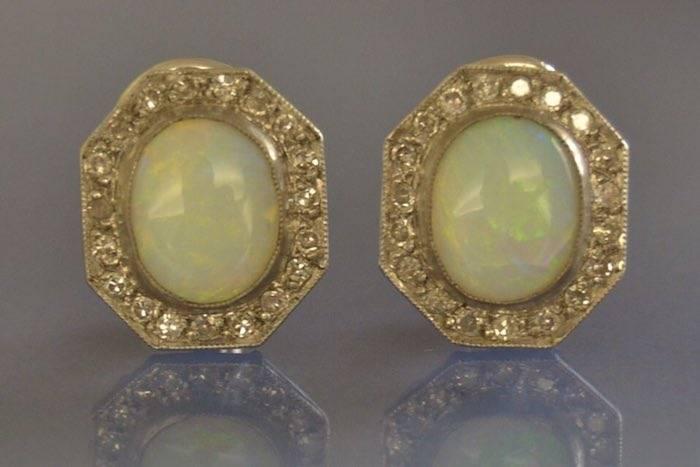 Boucles d'oreilles anciennes opales et diamants