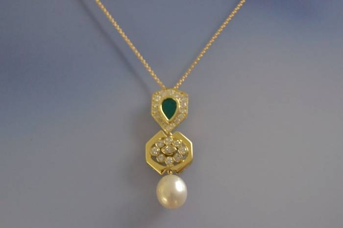 Collier et pendentif émeraude, perles et diamants