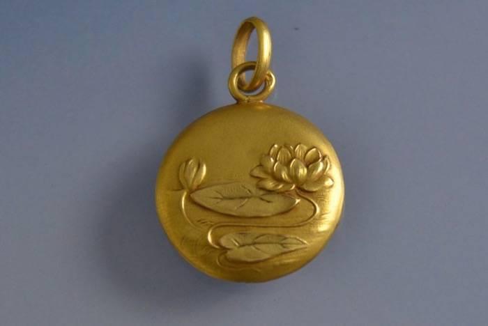 Médaille Art Déco motifs fleurs