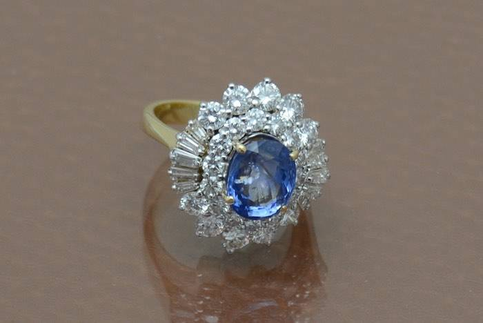 Bague saphir de Ceylan et diamants en or 18k