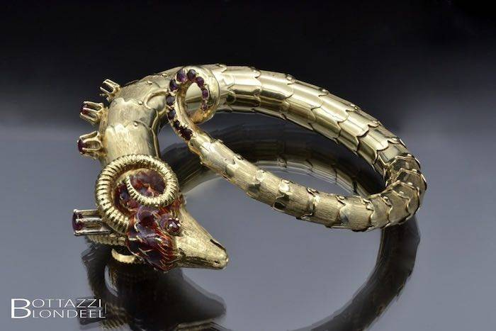Bracelet bélier émail et rubis en or
