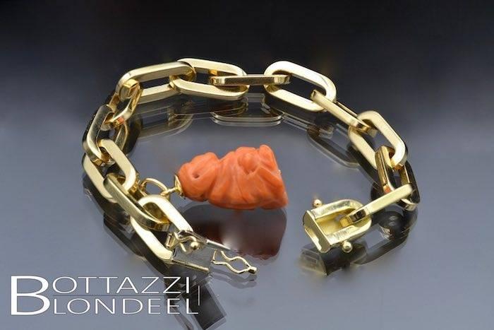 Bracelet en or jaune 18k breloque en corail