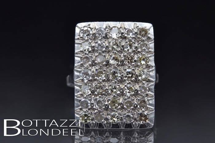 Bague roses de diamants en or blanc 18k