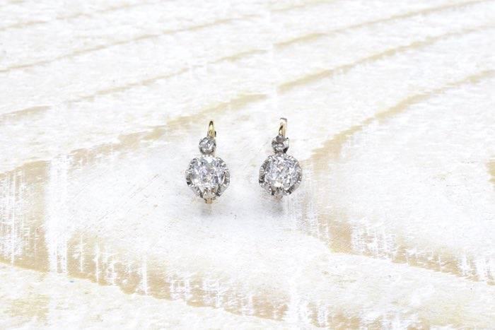 Boucles d'oreilles dormeuses diamants en or jaune 18k