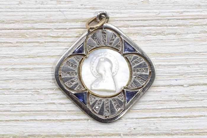 Médaille ancienne en nacre d'occasion
