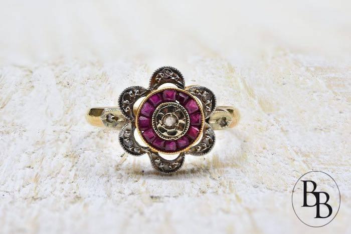 Bague ancienne sertie de rubis et de diamants