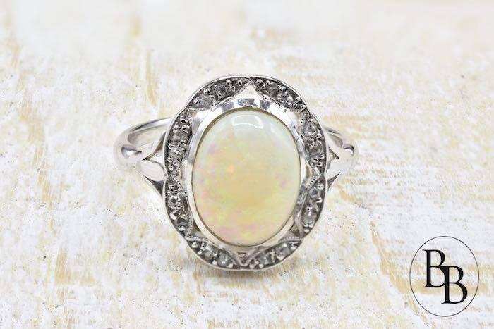 Bague ancienne opale sertie sur or blanc 18k