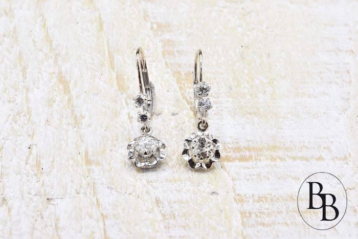 Boucles d'oreilles dormeuses en or blanc 18k serties de diamants