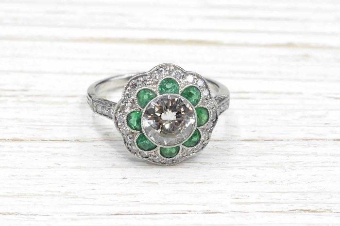 Bague Art Déco fleur diamant et émeraudes en platine