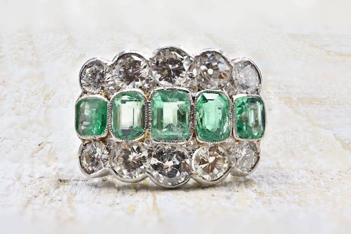 Bague Art Déco émeraudes et diamants en platine