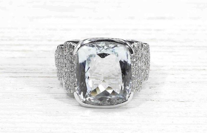 Bague aigue-marine et pavages de diamants en or blanc 18k