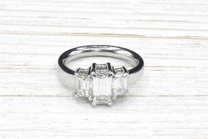 Bague diamants de taille émeraude en or blanc 18k