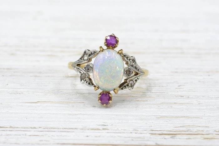 Bague 1900 opale et rubis en or jaune 18k