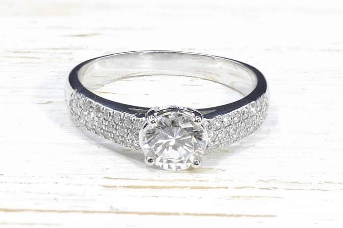 Bague solitaire diamant et pavage en or blanc 18k