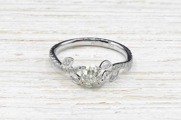 Solitaire diamant de 0,58 carat en or blanc 18k