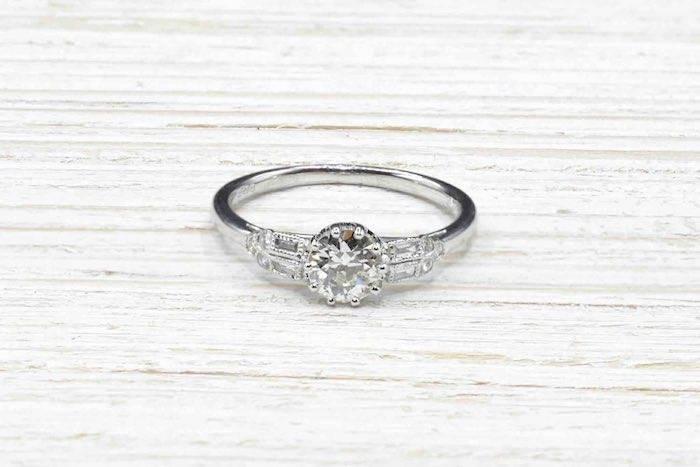 Solitaire diamant et baguettes en or blanc 18k