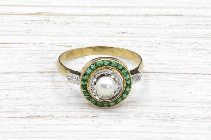 Bague ancienne perle et émeraudes calibrés