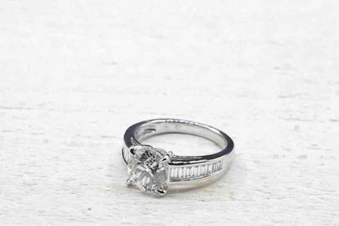 Bague en or blanc sertie de diamant moderne