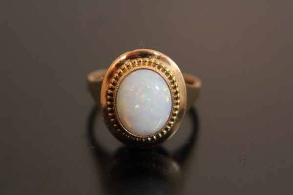 Bague ancienne ornée d'une opale blanche