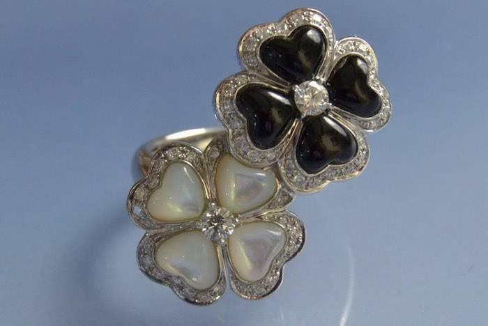 Bague en or blanc avec onyx et diamant noir