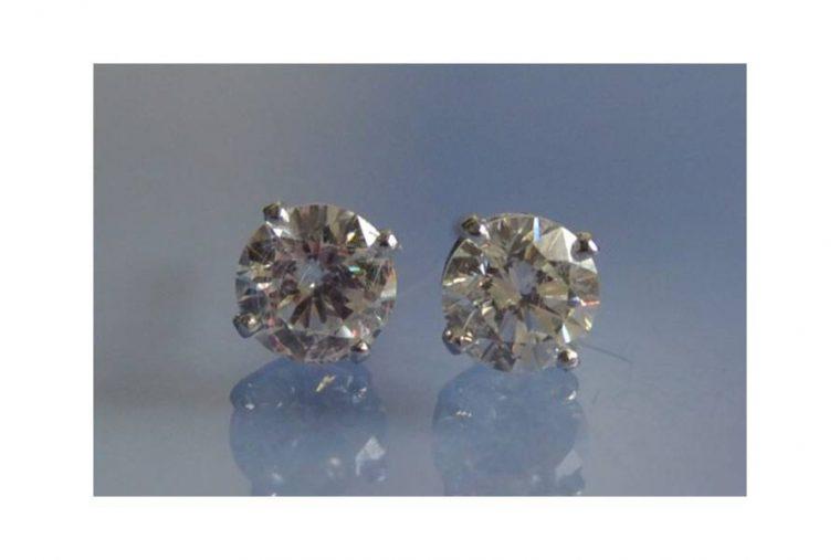 Puce d'oreille sertie de diamant