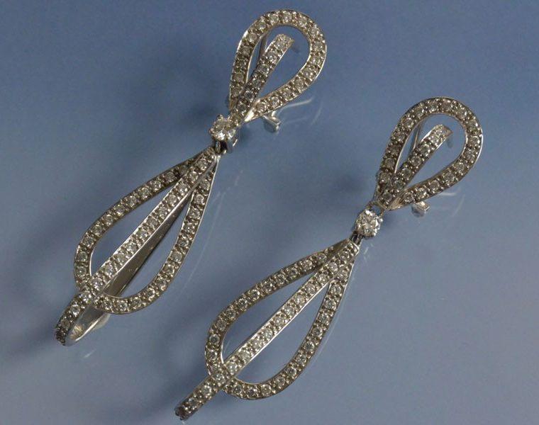 Boucles d'oreilles anciennes en or serties de diamants