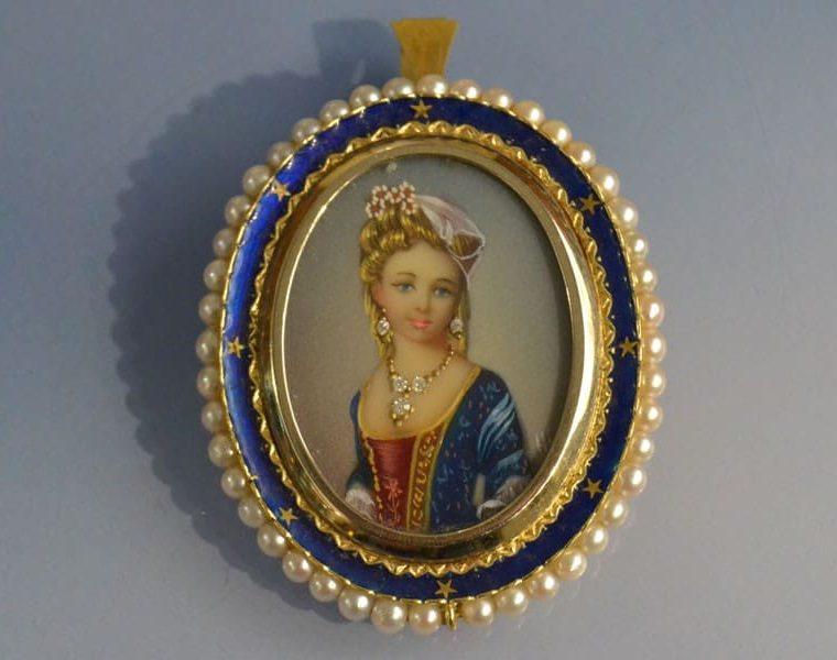 Broche ancienne sertie de perles fines en or 18k