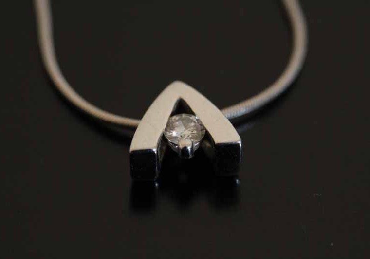 Collier en or blanc orné d'un diamant